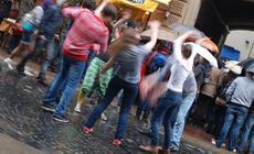 Festiwal Muzyki Ulicznej - ludzie mimo deszczu bawią się na ulicach