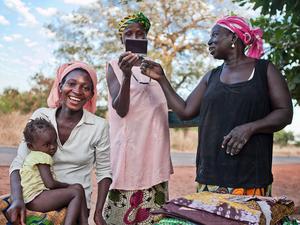 Kobiety i ich codzienność. Czyli uśmiech, kolory i pamiątkowe zdjęcie ze spotkania